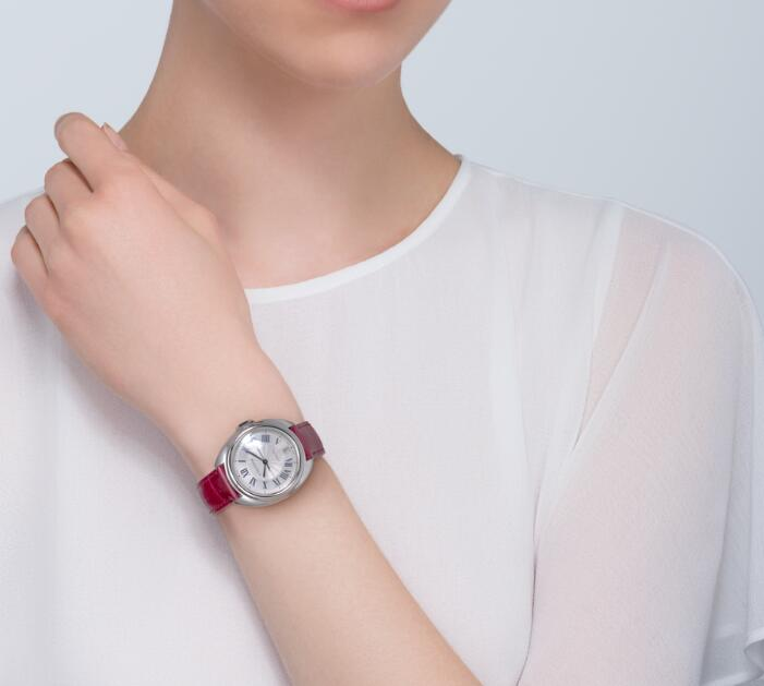 The red leather strap adds a feminine touch to the model, enhancing the charm of the ladies.