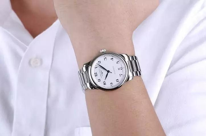 With the elegant and simple design, the Longines is suitable for both casual occasion and formal occasion.