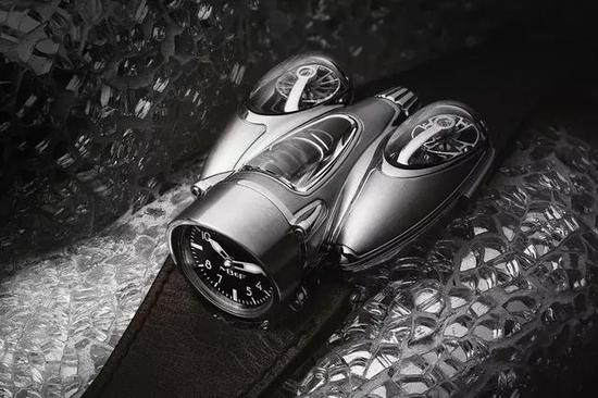 The integrated design of this unique timepiece is inspired by the sport car.