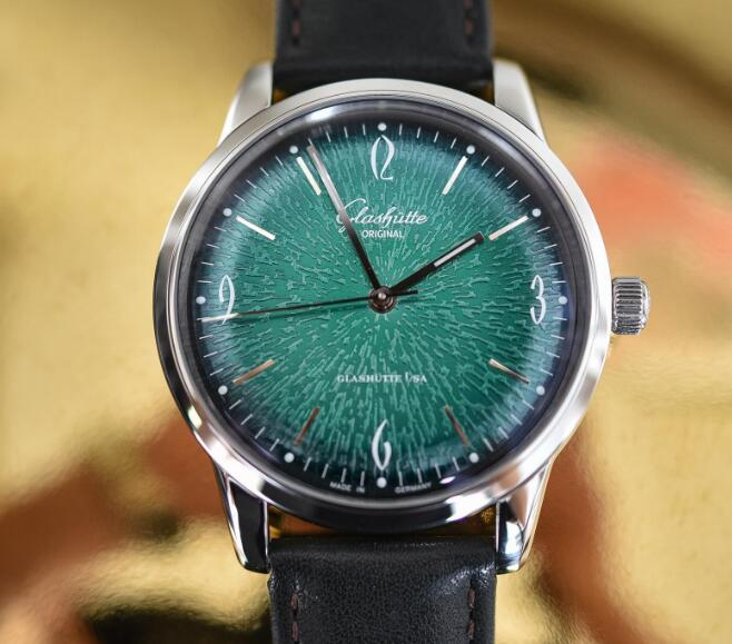 The green dial is really eye-catching and charming.