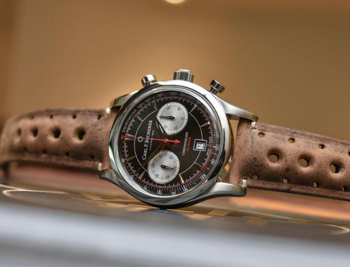 The strap perfectly presents the style of vintage car endurance race.