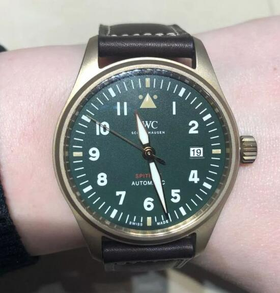 The combination of bronze case with military green dial is very distinctive and charming.